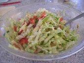 Prolećna salata: kupus, zelena salata, luk...